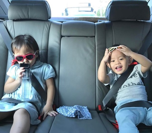 mifold-car-seat-with-kids-in-car-01