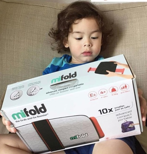 mifold-car-seat-with-kids-in-car-05