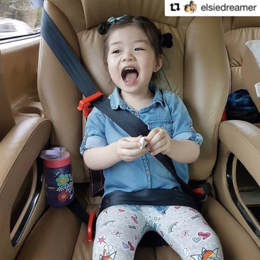 mifold-car-seat-with-kids-in-car-07