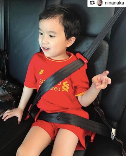 mifold-car-seat-with-kids-in-car-08